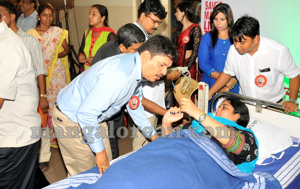 17-minister-khader-blood-donation-camp-20151012-016
