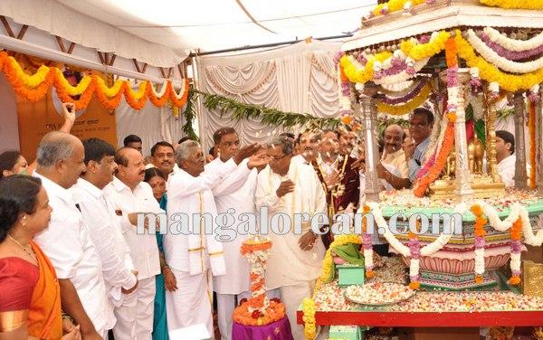 2.Shri-Puttaiah-Farmer-and-CM-inaugurated-Mysuru-Dasara-2015