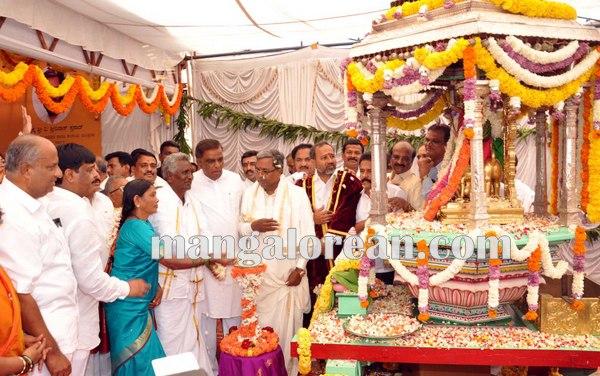 3.Shri-Puttaiah-Farmer-and-CM-inaugurated-Mysuru-Dasara-2015