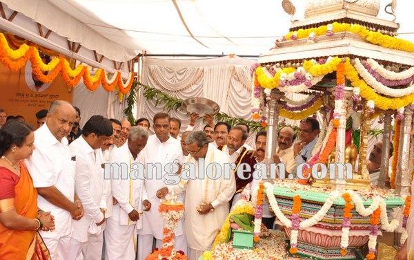 4.Shri-Puttaiah-Farmer-and-CM-inaugurated-Mysuru-Dasara-2015