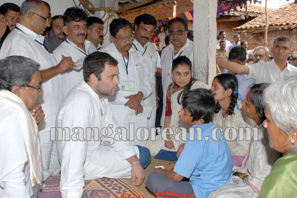6.CM-visited-suicide-farmers-residence-along-with-Rahul-Gandhi-in-Mandya