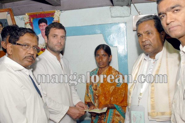 7.CM-visited-suicide-farmers-residence-along-with-Rahul-Gandhi-in-Mandya