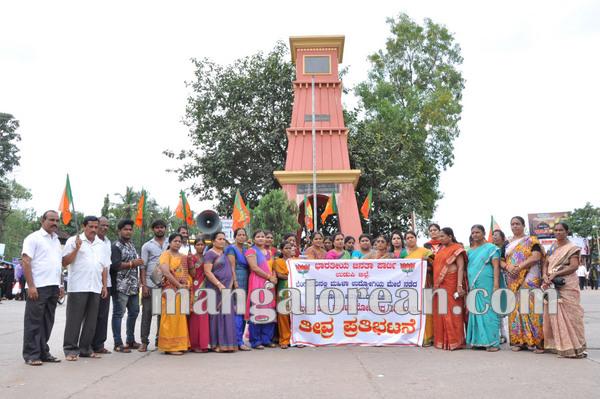 BJPmahilamorcha_protest_BPOemployee 08-10-2015 16-32-50
