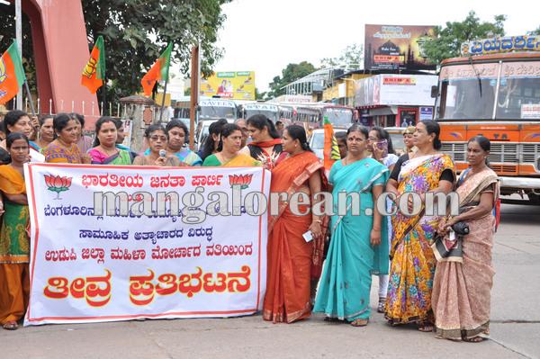 BJPmahilamorcha_protest_BPOemployee 08-10-2015 16-34-39