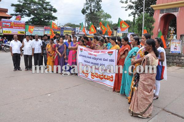 BJPmahilamorcha_protest_BPOemployee 08-10-2015 16-35-32