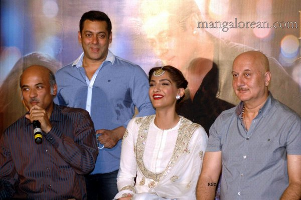 Mumbai Oct. 02 :- Actors Salman Khan , Sonam Kapoor, Neil Nitin Mukesh. Anupam Kher with Director Sooraj Barjatya during Trailer launch of film Prem Ratan Dhan Payo in Mumbai. ( pic by Ravindra Zende )