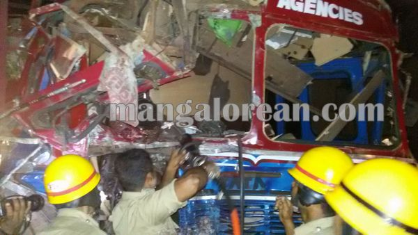 gastruck_goodtruck_accident_Udupi 22-10-2015 23-55-055