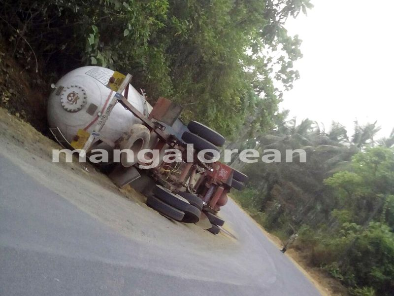 image001tanker-accident-uppinangady-20160401-001