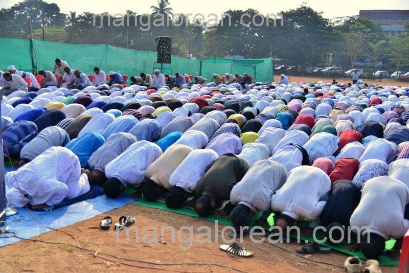 image003muslim-pray-rain-20160501-003
