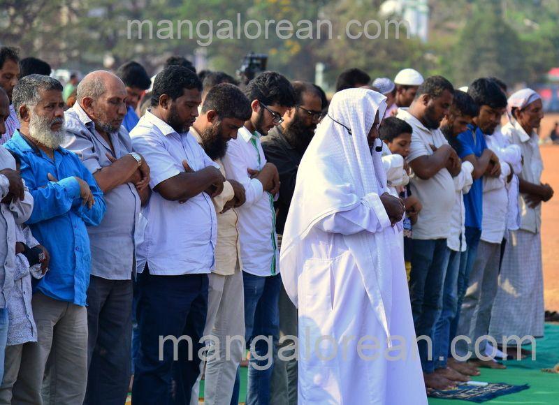 image007muslim-pray-rain-20160501-007