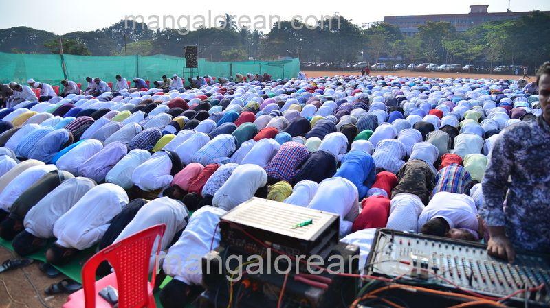 image010muslim-pray-rain-20160501-010