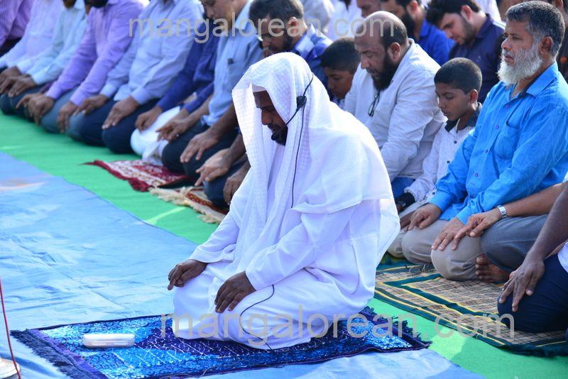 image011muslim-pray-rain-20160501-011