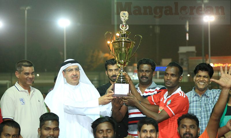 2b. Nasser Al Konan handing over the KIFF League Winners Trophy to Soccer Kerala