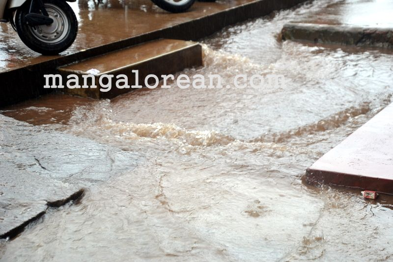 image001no-proper-drainage-streets-flooded-in-city-20160623-001