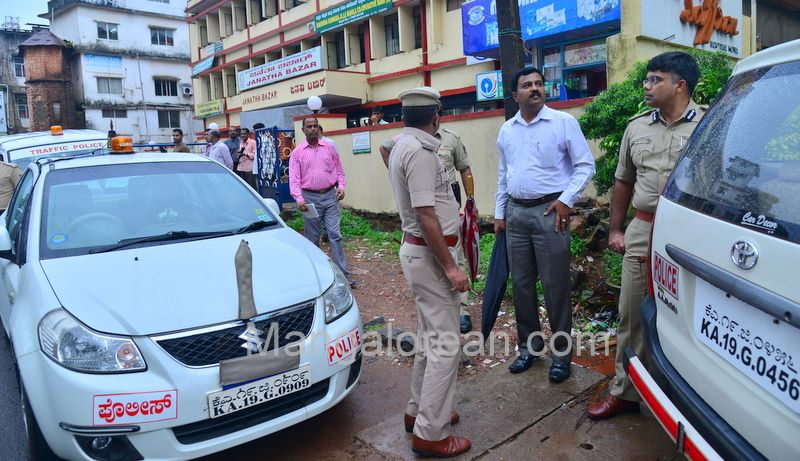 image003police-commissioner-chandra-sekhar-inspects-city-roads-20160622-003