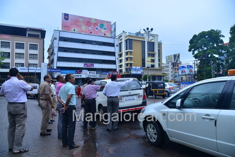 image004police-commissioner-chandra-sekhar-inspects-city-roads-20160622-004