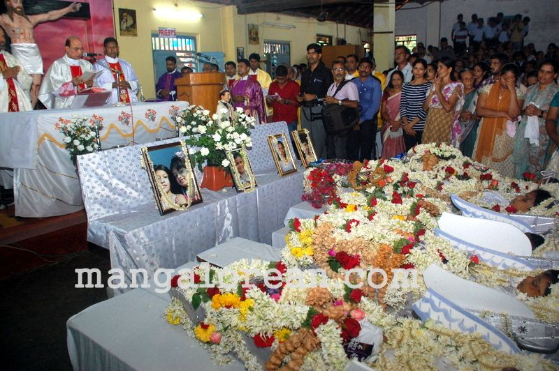image008funeral-trasi-accident-victims-20160623-008