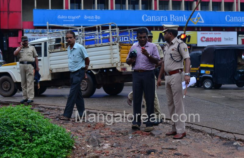 image008police-commissioner-chandra-sekhar-inspects-city-roads-20160622-008