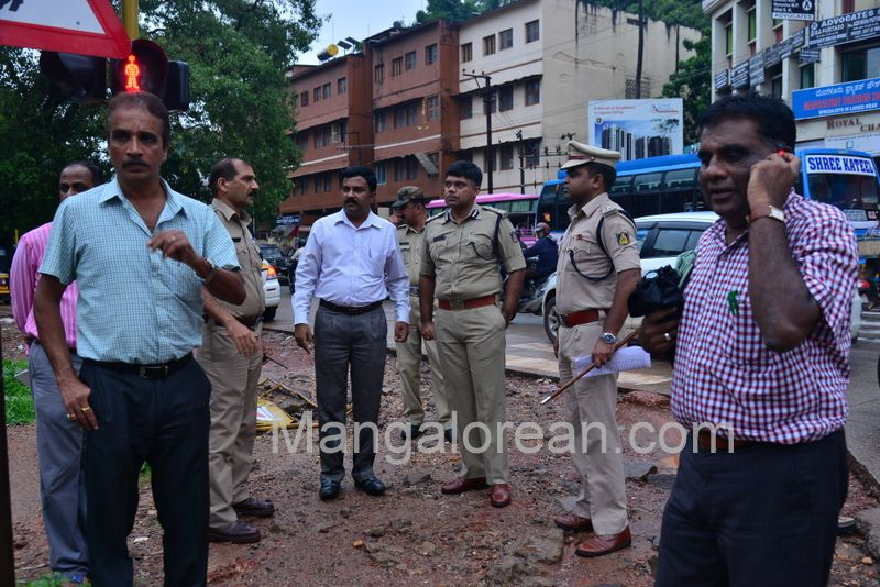 image009police-commissioner-chandra-sekhar-inspects-city-roads-20160622-009