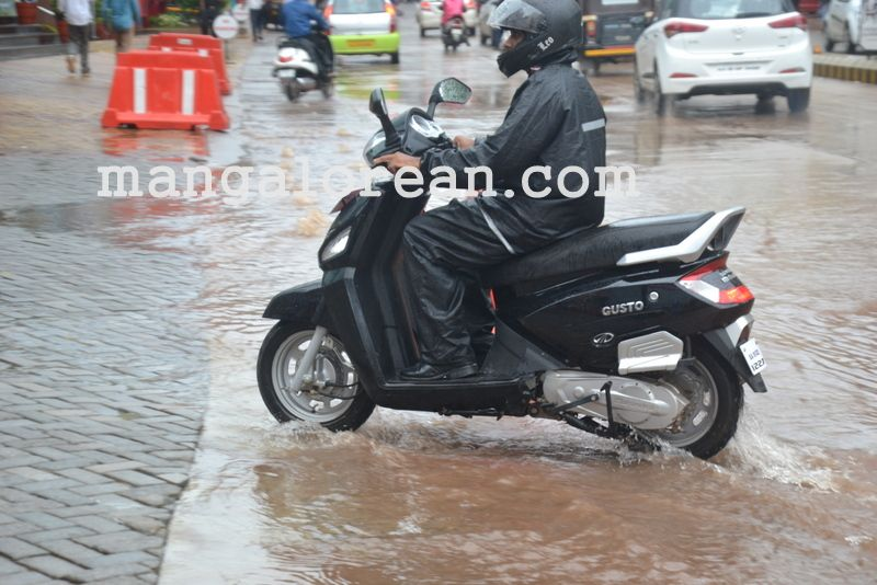image010no-proper-drainage-streets-flooded-in-city-20160623-010