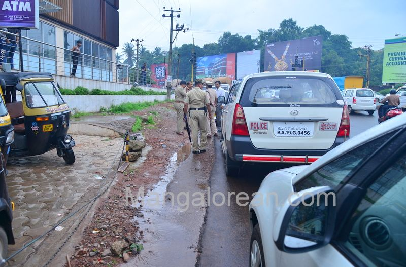 image017police-commissioner-chandra-sekhar-inspects-city-roads-20160622-017