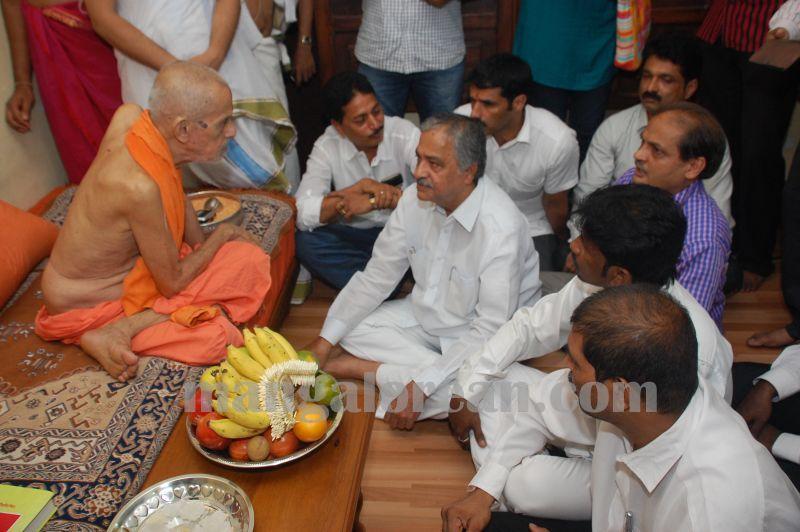 image025yetthinahole-pejavar-swamiji-meet-20160609