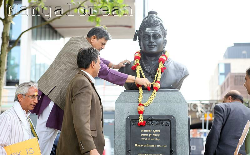 Dattatreya-Hosabale-pays-tribute-Basaveshwara statue in London (1)