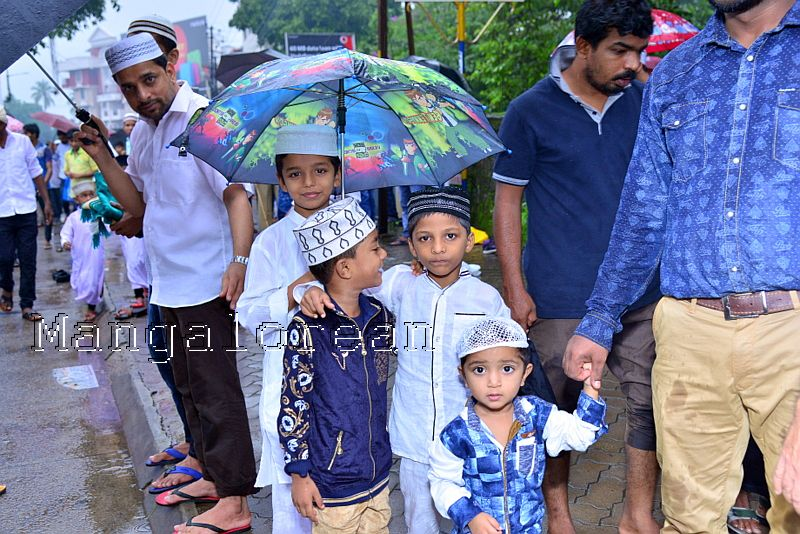 Muslim Fraternity Celebrates Eid-Ul-Fitr in City Amid Rain (82)