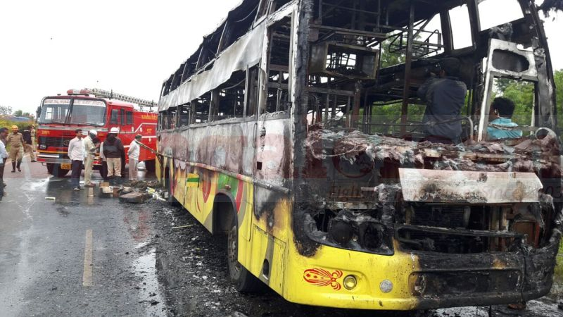 bus-catches-fire-huballi-2016-0727-00