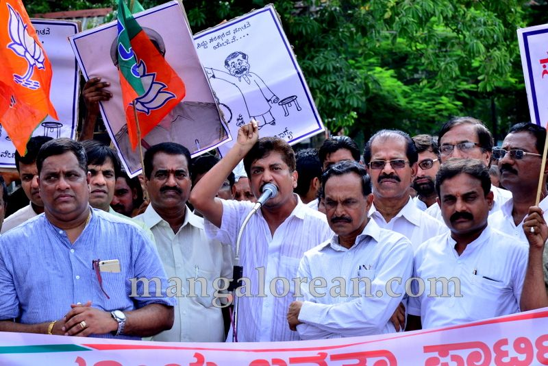 image002bjp-protest-20160712-002
