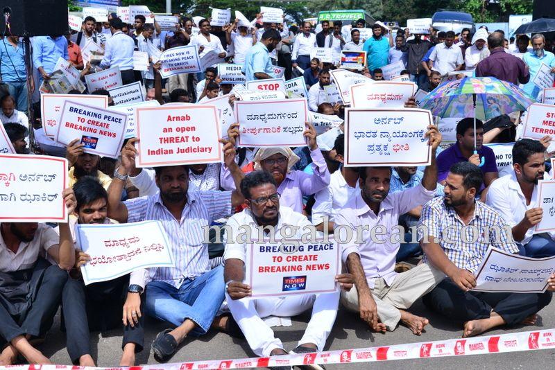image002muslim-organisation-zakir-naik-protest-20160715-002