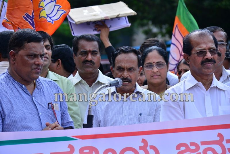 image004bjp-protest-20160712-004