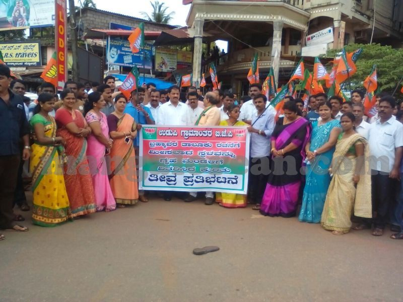 image004bjp-protest-taluk-land-housing-board-20160725