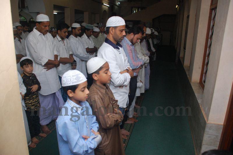 image004muslim-brethren-celebrate-eid-ul-Fitr-with-festive-fervour-20160706