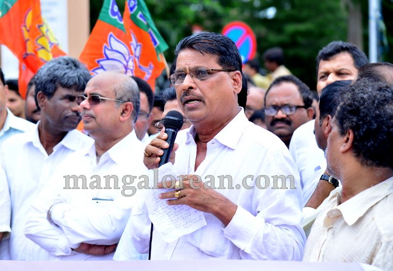 image005bjp-protest-20160709-005
