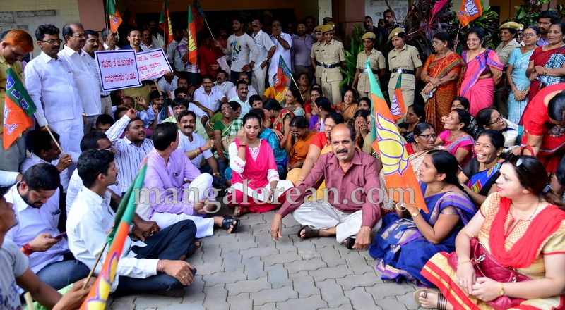 image005bjp-protest-20160712-005