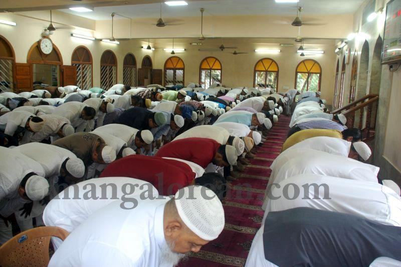 image006muslim-brethren-celebrate-eid-ul-Fitr-with-festive-fervour-20160706