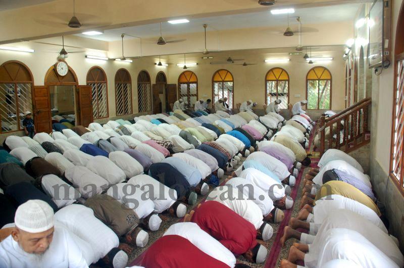 image008muslim-brethren-celebrate-eid-ul-Fitr-with-festive-fervour-20160706