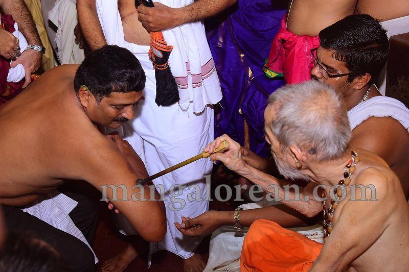 image008tapta-mudra-dharana-in-krishna-temple-20160715