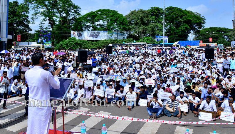 image009muslim-organisation-zakir-naik-protest-20160715-009