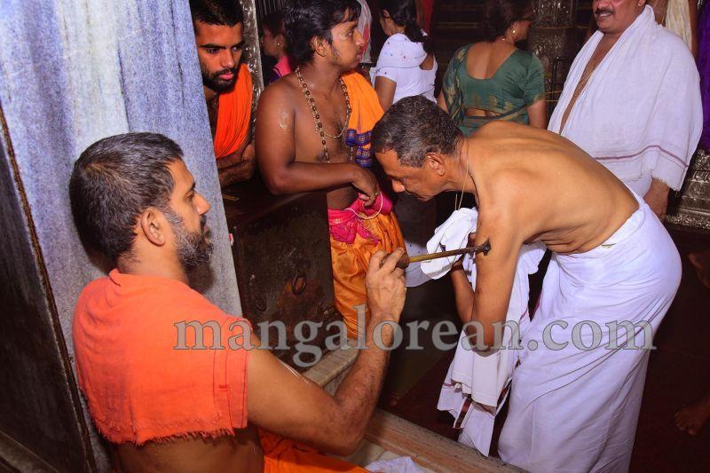 image010tapta-mudra-dharana-in-krishna-temple-20160715