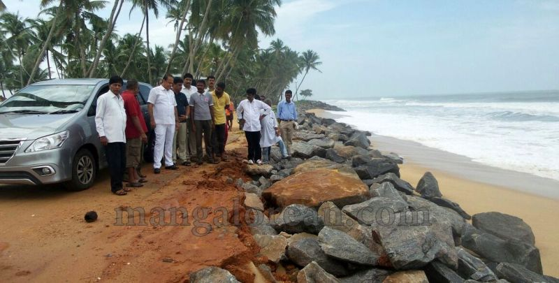 image010vinay-kumar-sorake-visits-areas-hit-by-sea erosion-20160707
