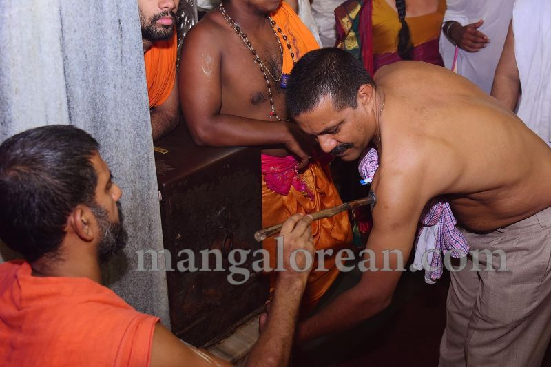 image011tapta-mudra-dharana-in-krishna-temple-20160715