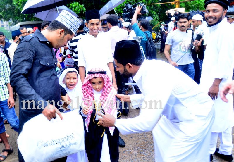 image012Muslim-Fraternity-Celebrates-Eid-Ul-Fitr-20160705-012