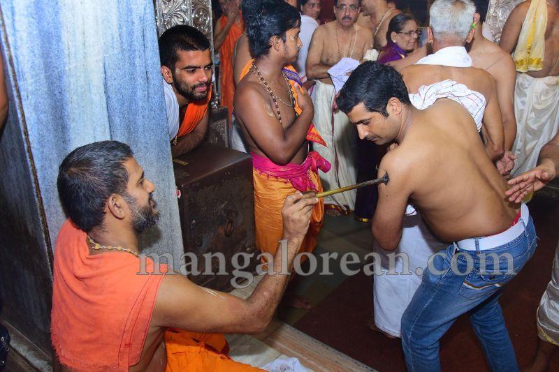 image012tapta-mudra-dharana-in-krishna-temple-20160715