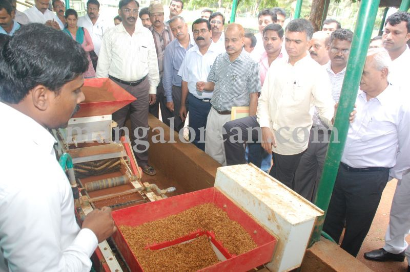 image014krishna-byre-gowda-launches-mechanised-paddy-cultivation-campaign-20160710