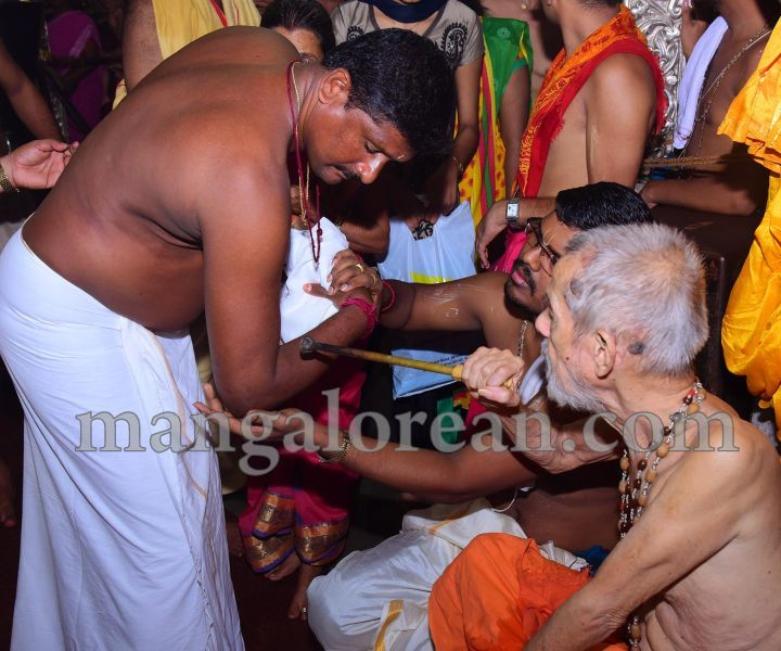 image015tapta-mudra-dharana-in-krishna-temple-20160715