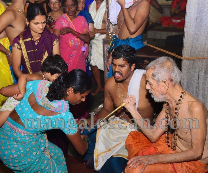 image016tapta-mudra-dharana-in-krishna-temple-20160715