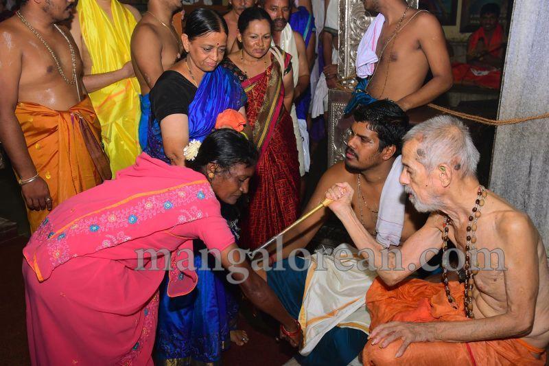 image017tapta-mudra-dharana-in-krishna-temple-20160715