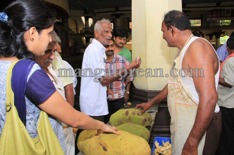 image018state-level-jackfruit-mela-attracts-good-crowd-201607-01
